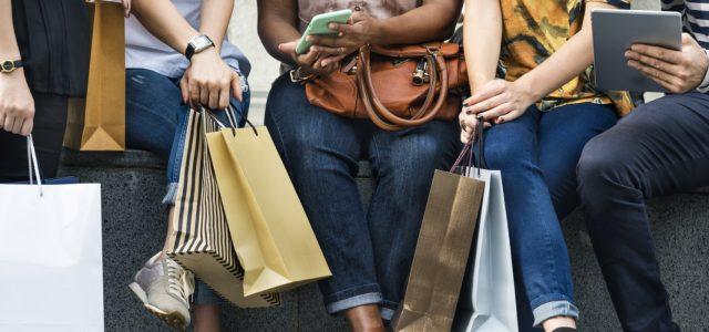 Entre stratégies marketing online et offline: laquelle choisir pour la vente des sacs magasins?