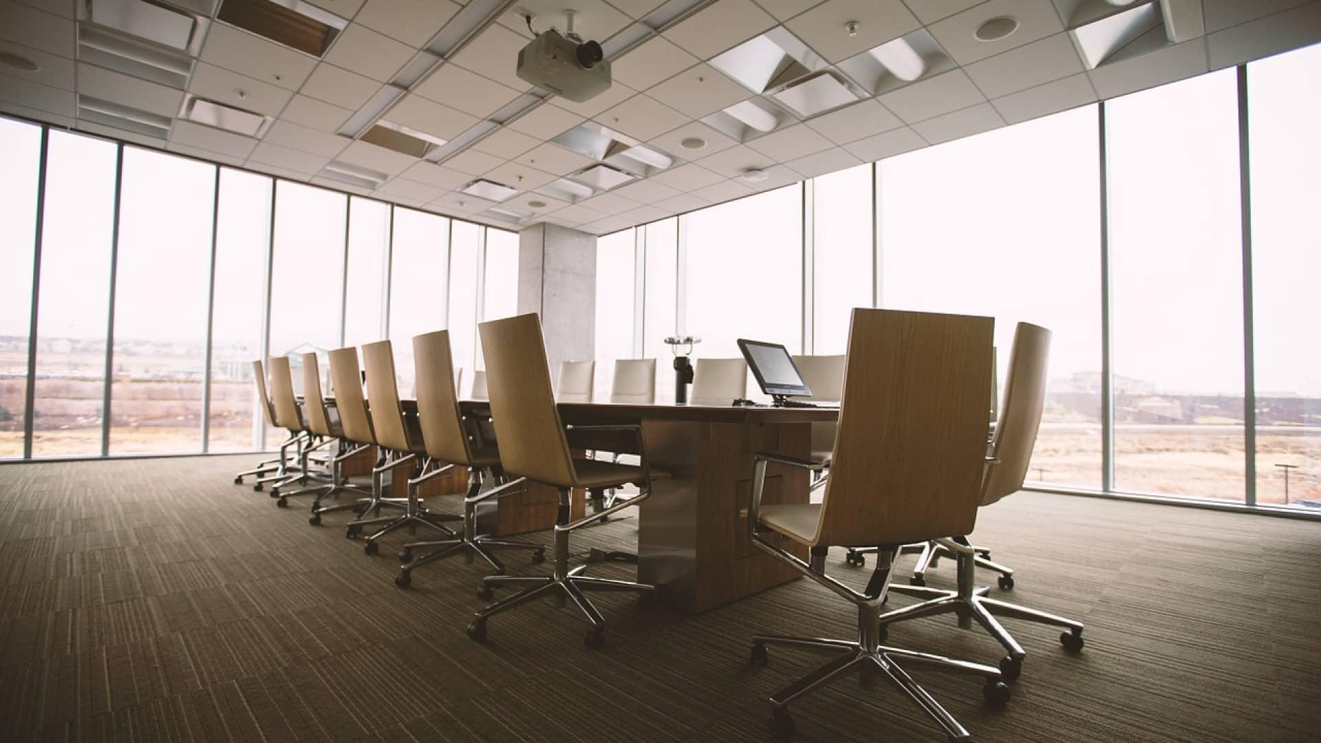 Aménagement de bureaux : pourquoi opter pour une cloison phonique en kit ?